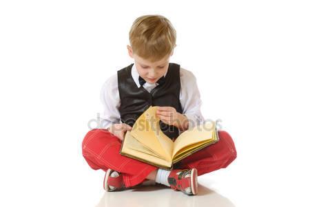 chłopiec czyta
